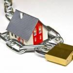 Haus mit Schloß Sinnbild Schutz von Immobilien vor Einbruch
